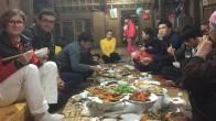 Diner en famile lors du Voyage au Vietnam à Mai Chau pour le groupe de Carole Olivier et Charles