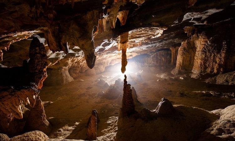 A l'intérieur de la grotte Hang Tien