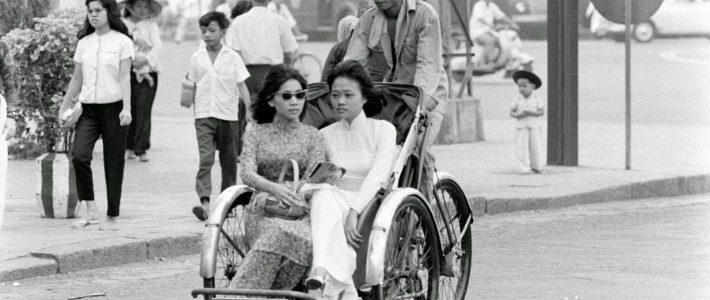 Des femmes sur le cyclo à Ho Chi Minh ville années 60